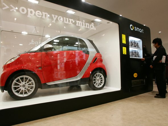 smartcar-wants-you-to-think-outside-the-box-while-buying-their-cars-from-a-vending-machine-in-china-this-one-was-featured-at-a-convention
